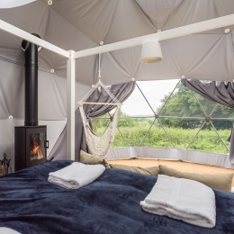 Eyl glamping geodome four porster bed