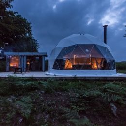 Eyl glamping geodome at night
